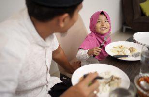 5-Cara-Mengajarkan-Si-Kecil-Berpuasa-Bulan-Ramadhan